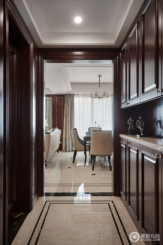 入门玄关处,深棕褐色玄关柜结合门套配色,极具古典主义,将实用性凸显出来,整体上的典雅、稳重,让空间变得格外安静。