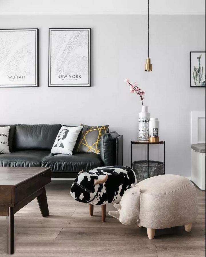 茶几一侧配上可爱的创意小牛沙发凳,让空间更富有趣味性。