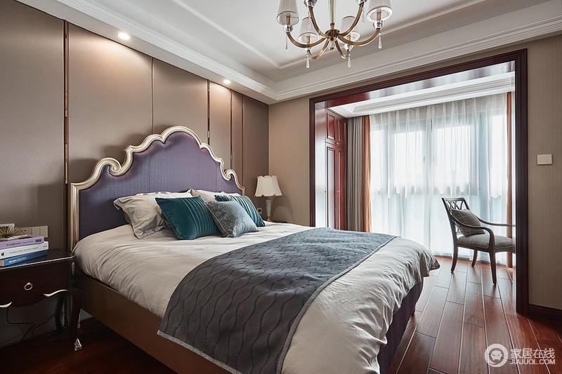 卧室空间在色彩上采用高纯度的古典色彩,搭配红褐色的地板、门套搭配浅褐色的墙面,非常高雅尊贵;尊贵的淡紫色布艺、古典台灯加顶灯十分具有表达力,金属元素的点缀恰到好处,整个空间诠释简洁有力,朴实高雅。