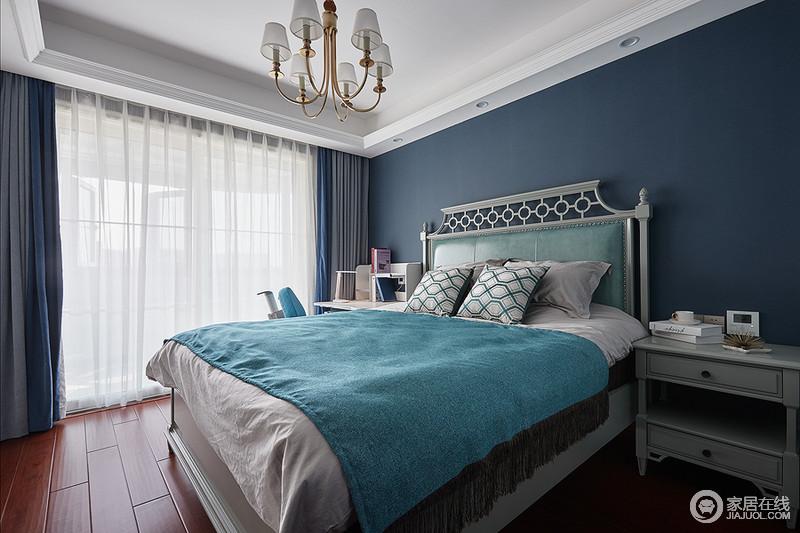 次卧空间在色彩上选用不那么鲜艳的孔雀蓝色,营造清新浪漫的蓝色风情;色彩造成强烈的视觉冲击感,搭配样式精致的床已经成套布艺,整体空间和谐统一,又优雅大方。