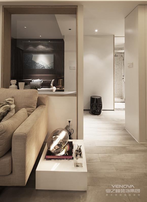 空间中的设定初衷,我们比拟一种新型态的几何造型的建筑语彙 大块地切割出白色极简色块,试图妆点出一种不同的几何前卫白色人文风格 所谓的客厅中的电视牆体,实际上以简约几何形体作为基础,思考建筑造型的结构方式,重新定义客厅空间与牆面之间的相互关系,形成一种趣味的调性混合。  整体白色空间,我们搭配著粗旷极具原始凛冽风味的皮毯以及鲜明的艺术画作,妆点出前卫混合人文艺术的特殊格调 而在沙发背牆区,我们则是规划出衔接白色壁面的半隐藏式收纳柜,有著特殊的类似建筑横向格栅篓空造型,作为白色乾淨的沙发背牆中另一个视觉上的设