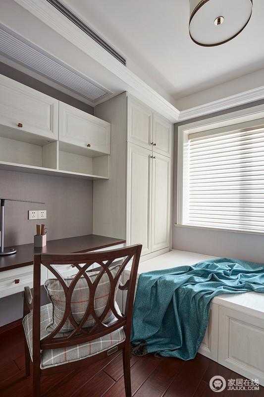 书房空间比较符合现代人的生活习惯,强调功能并且利用百叶窗增加空间的线条之美;白色收纳柜规整而考究,让收纳更为简单;榻榻米也因为蓝色布艺多了清新,让生活透着一股安适。