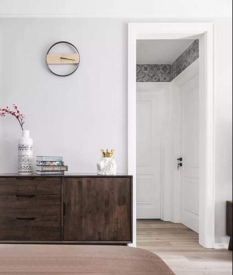 美美的餐边柜不仅可以增加餐厅的收纳空间,还可以用于摆放精致的餐具及装饰摆件,好看又实用。