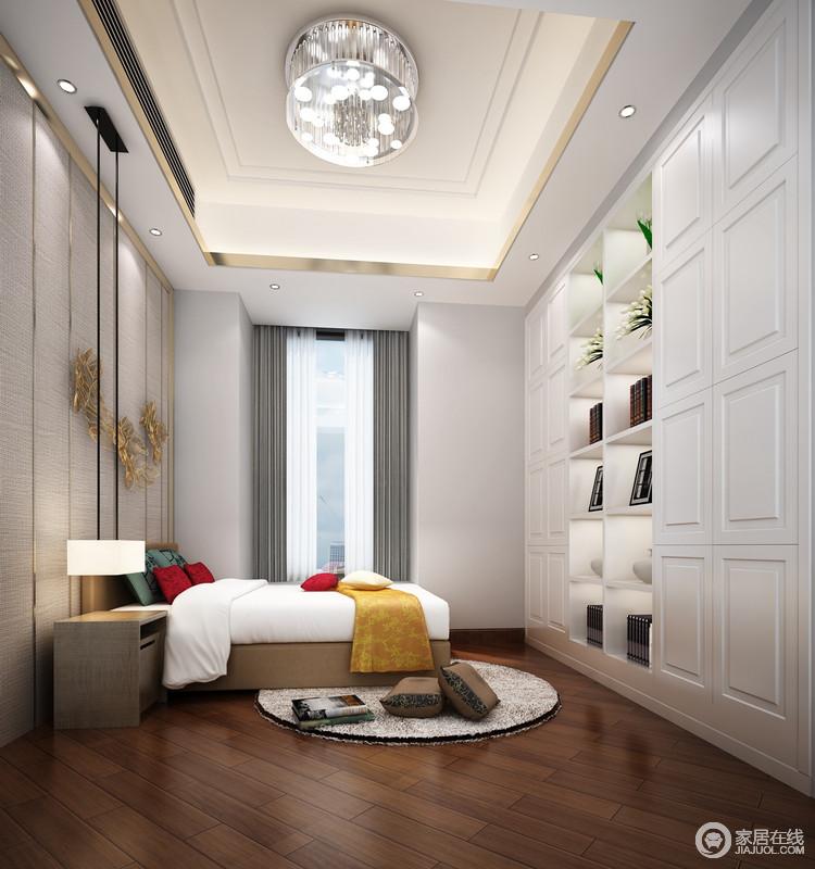 卧室简单得体,白色整体货架柜功能性十足,也因为藏书和陶艺品的点缀生出几分生动;褐木地板的铺设与白色形成对比,尤为沉雅;而金属框裱的吊顶和立面令空间奢华,色彩明快的床品添些活力。