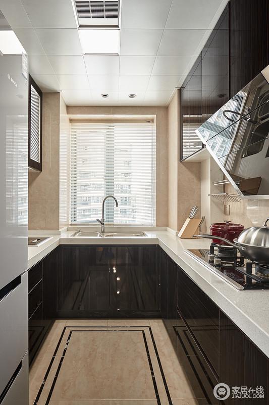 厨房空间也增加了一些古典元素,比如具有古典味道的地砖,加重了拼砖的几何美;黑白色调的橱柜组成抽象,让原本的空间多了现代感。
