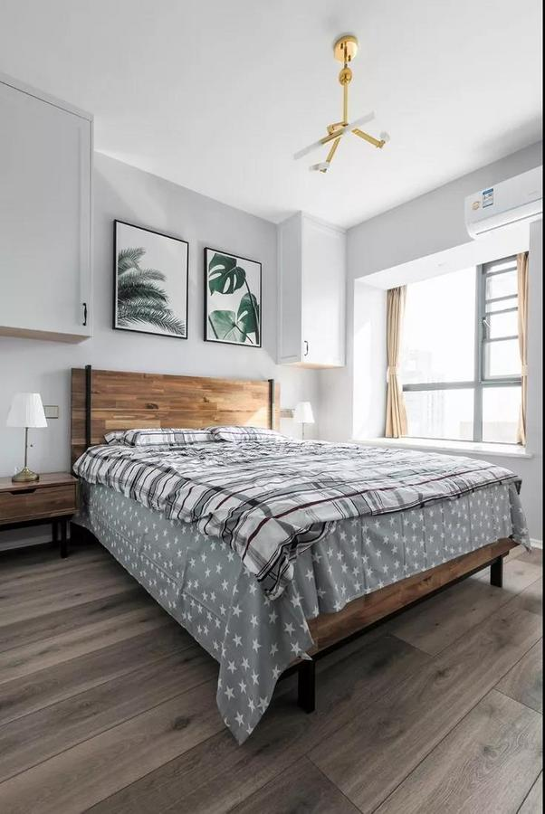 主卧以灰白两色为主调,简洁素雅的空间带来静谧舒适的感觉。