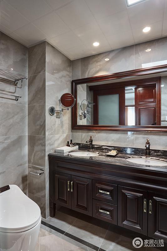 卫生间在选择台盆柜等家具的时候,注重家具色彩的和谐统一,并以大理石来表现古典气息;红褐色的古典盥洗柜与镜饰组合,实用且功能性强。