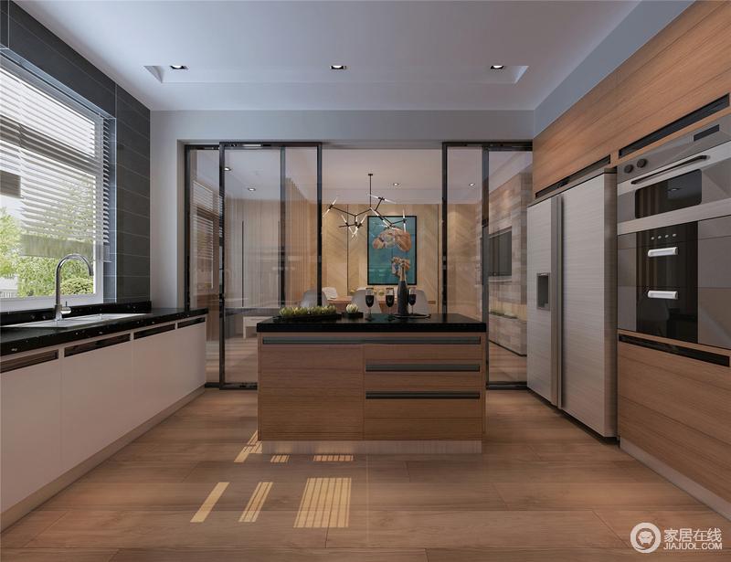 厨房通体的玻璃推拉门比例适当,与空间结构相匹配,明快简洁中尽显大家之气;规整的厨房从橱柜到岛台以木材和黑色大理石台面更显品质,盥洗区黑白双色形成的橱柜张扬着现代摩登。