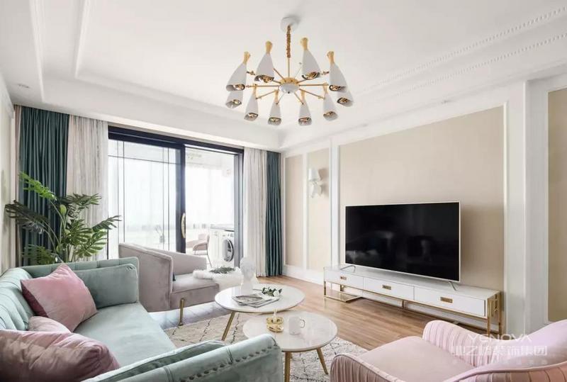 是一套建筑面积129平的美式风三居室,整体给人简洁而又温馨的感觉,设计师以浅杏色为主色,搭配白色的门框和石膏线,在看似简洁的基础上,又加入了一些优雅、精致的软装点缀,给人高档、大方的感觉。