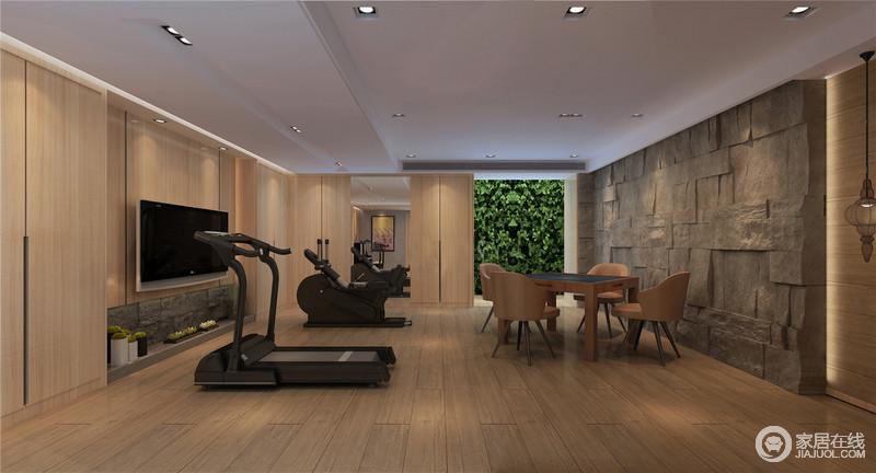 全木结构的健身房并没有陈列太多的家具,而是以凝练的设计将功能性发挥出来,满足健身的需求;石材粗粝的墙面因现代感的棕黄色桌椅而多了些许艺术感,户外绿植的点缀更显惬意。
