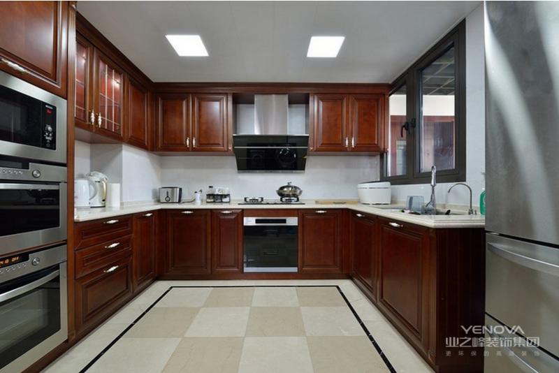 宽敞的厨房,橱柜是请的高阅历木工师傅现场做的,很美,很大气