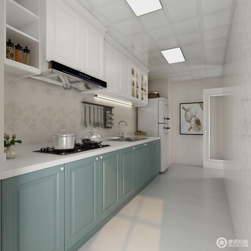 厨房一字型的设计,让空间更为平整,不影响空间的活动;浅灰色的地砖搭配米色墙砖让整个空间十分朴素,生活本就应该简单、朴实,而蓝色橱柜搭配白色吊柜带来收纳之余,也让空间清新了不少。