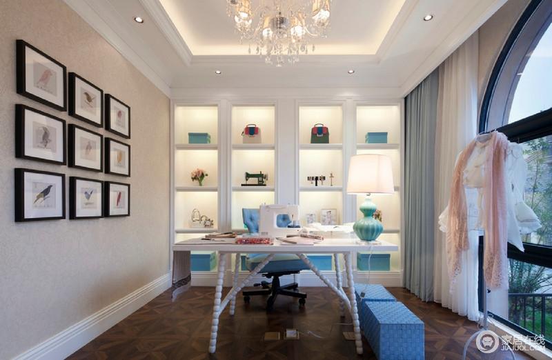 整个书房通透感十足,选用经典的美式圆拱式的窗框,带来典雅的室外景致,让空间有着宁静精致的气息。