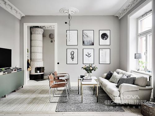 灰色羊毛地毯前景现场,白色的皮沙发和匹配表使玫瑰低于玻璃泡沫。