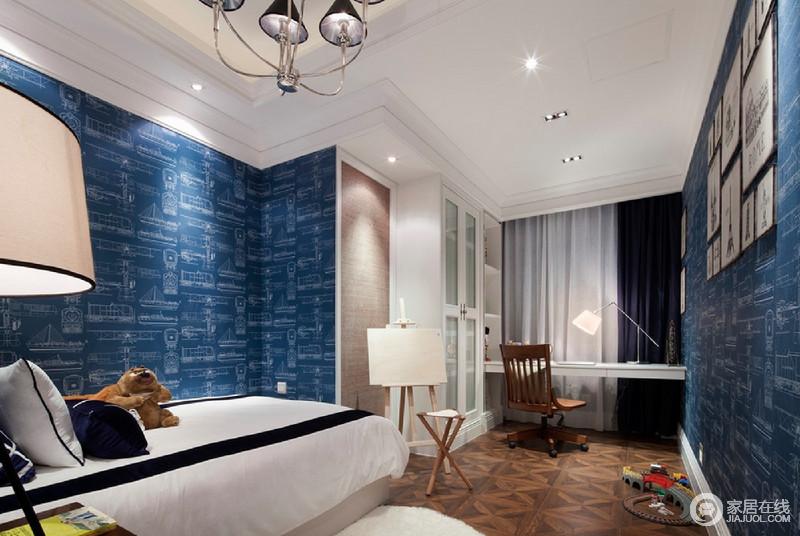 男孩子的房间利用帆船纹样壁纸,与墙面制造出层次感;窗户区域的利用,使学习区拥有良好的日常采光。