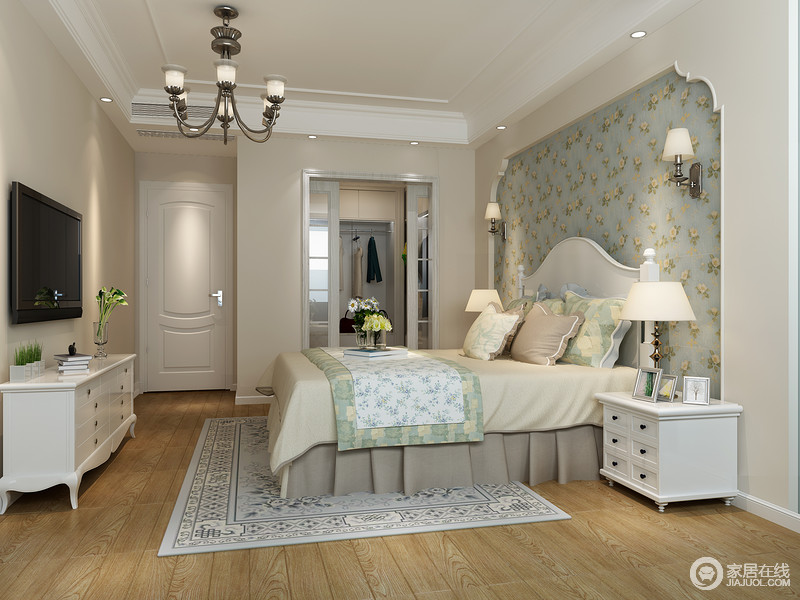 馥郁的田园气息铺面而来,在小碎花的铺陈下,优雅和浪漫并存。花边拱形门洞式的床头墙像是营造出穿庭看景的意境。衣帽间设计成墙面嵌入式,释放出更多的空间来。