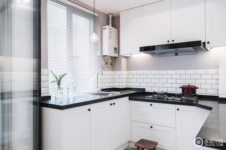 厨房选用的是简洁的黑白配色,在布局上追求行动的流畅感;简洁的造型纯洁的质地,干净美好。