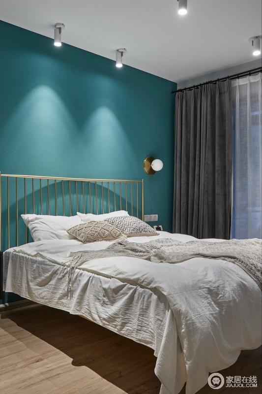 主卧室选用了不锈钢拉丝镀钛金工艺的金色铁艺床,质朴至简的设计,低调精致;金属元素的壁灯、波西米亚风格的抱枕,让整个空间更加富有层次感。