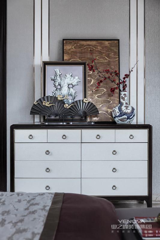 """新中式设计讲究线条简单流畅、融合着精雕细琢的意识。与传统中式家具最大的不同就是,虽有传统元素的神韵,却不是一味照搬。传统文化中的象征性元素,如中国结、山水字画、青花瓷、花卉、如意、瑞兽、""""回""""字纹、波浪形等,常常出现在新中式家具。但是造型更为简洁流畅,雕刻图案将简洁与复杂巧妙地融合,既透露着浓厚的自然气息,又体现出巧夺天工的精细。"""