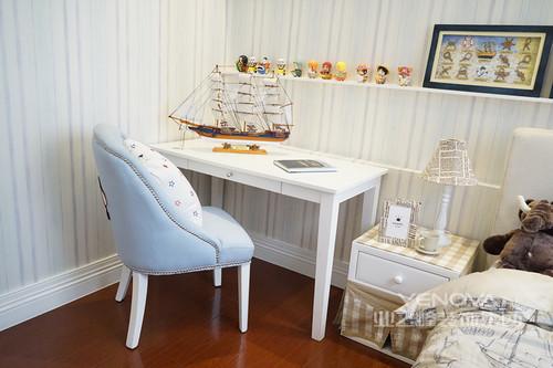 这个两居室,以原有地现代线条为主,通过仿旧砖和美式家具、饰品来表现美式风格讲求的朴质和华丽;从功能设计上,整个空间格外规整有序,简洁的线条营造出一种生活的自在感;而美式新古典沙发、实木家具组合出一种得体有度的实用,同时让空间充满了轻奢感。