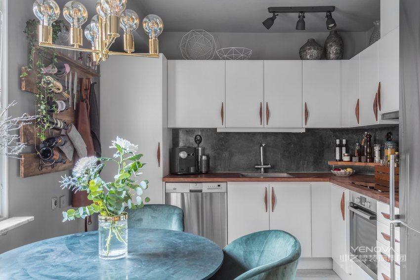 没想到会用到纯白的橱柜面板,虽然现代风格味道十足,不过作为开放式的厨房,还是让其显得有些小气。