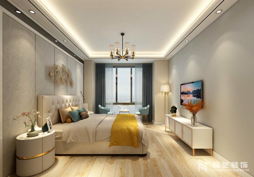 主卧的墙面被粉刷了驼灰色,加之,背景墙的软包设计配以金属装饰与新古典纽扣皮质床头延续了复古与些许华丽;从空间利落的线条到灯带、欧式吊灯的黄韵之光烘托,搭配白色镶金的家具令空间多了和暖,藏蓝色窗帘旁的蓝色金属扶手椅打造了一个开放式的休息区,与空间内的黄色毛毯,构成空间的新华丽。
