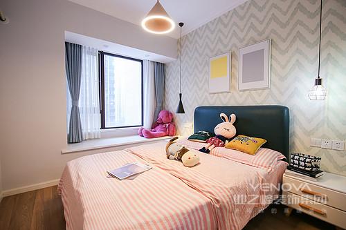 儿童房的颜色成为了这个空间最吸引眼球的重点,淡蓝和白色相间的背景墙延续了主卧的款式。每个女孩心中都有一个粉色的公主梦,据说在枕头边摆放一个洋娃娃可以驱赶梦魇。