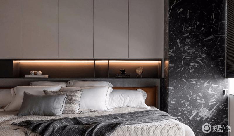 卧室并使用少许的金属材质进行点缀,彻底消除了大量的黑色给空间带来的压抑感,并就黑白收纳柜以灯带的形式,暖化空间;黑色大理石梁柱与白色床品形成反差,让空间更为和谐。