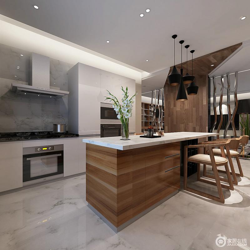厨房线条整洁,而以暖光渲染幻影效果,并与黑色黄铜吊灯呈对比艺术;通透的砖石令整个厨房的立面多了天然气息,嵌入式设计显得整洁而科技感十足木纹岛台和实木餐椅搭配出自然温实感,并与木隔断表现无瑕清和,金属架闪烁着轻奢之光。