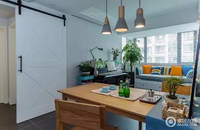 这套房子设计上最大的亮点在于,将餐厅设计成兼并休闲区。靠窗角落处摆放了一台钢琴,窗边还放了一张休闲沙发,沙发底部安装有抽屉,功能很是全面。