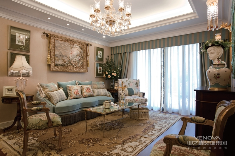 古典风格设计理念表现为追求华丽、高雅的古典风格。居室色彩主调为白色,家具为古典弯腿式,家具、门、窗漆成白色,擅用各种花饰、丰富的木线变化、富丽的窗帘帷幄是西式传统室内装饰的固定模式,空间环境多表现出华美、富丽、浪漫的气氛。下面通过各个居室的美式风格设计说明,具体理解一下美式风格。