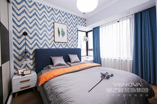 卧室的宽敞明亮显得空间比较大,想象自己徜徉在海洋的一角,在阳光明媚的午后依靠在窗边,享受阳光的沐浴度过悠闲惬意的午后。