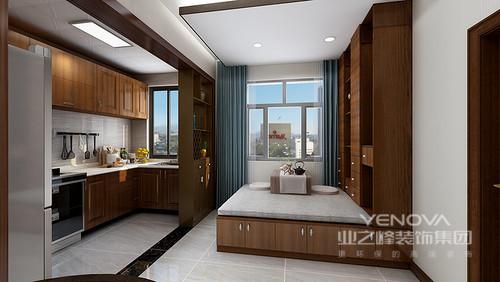客厅的吊顶以灯带和金属几何吊灯组合的形式,让空间通明;中性色的窗帘搭配浅灰色新中式沙发,素雅而得体,彩色挂画和新中式家具增添了不少色彩,与窗棂背景墙屏风,成就了空间的东方新雅
