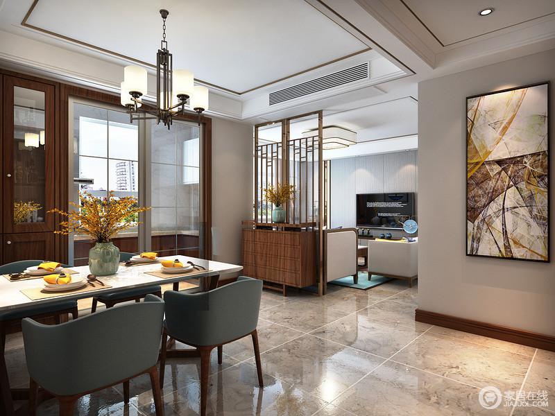 每个家庭都需要拥有功能设计,这也是家居设计中的主要目的,新中式家具大多采用实木材料,能够满足整体功能性,本案中镂空隔断,即体现视觉上的美感,又分割出客厅和餐厅两个区域,实用性很强。