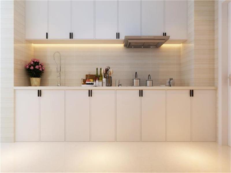 厨房橱柜采用了白色系,从客厅到厨房,以灰色到白色的过渡,颜色感差距不大但是给人一种温馨,简约,家的投入感更加浓烈