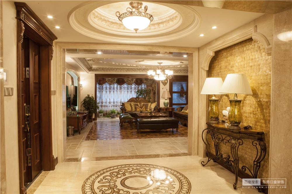 门厅吊顶和地面相呼应,设计整体统一