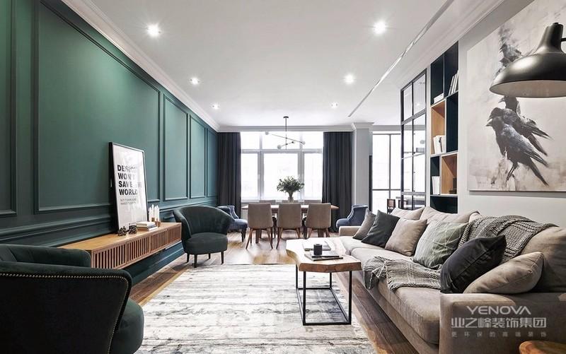 客厅最令人瞩目的必须是墨绿色的电视背景墙,搭配原木色百叶窗电视柜,犹如走在森林深处