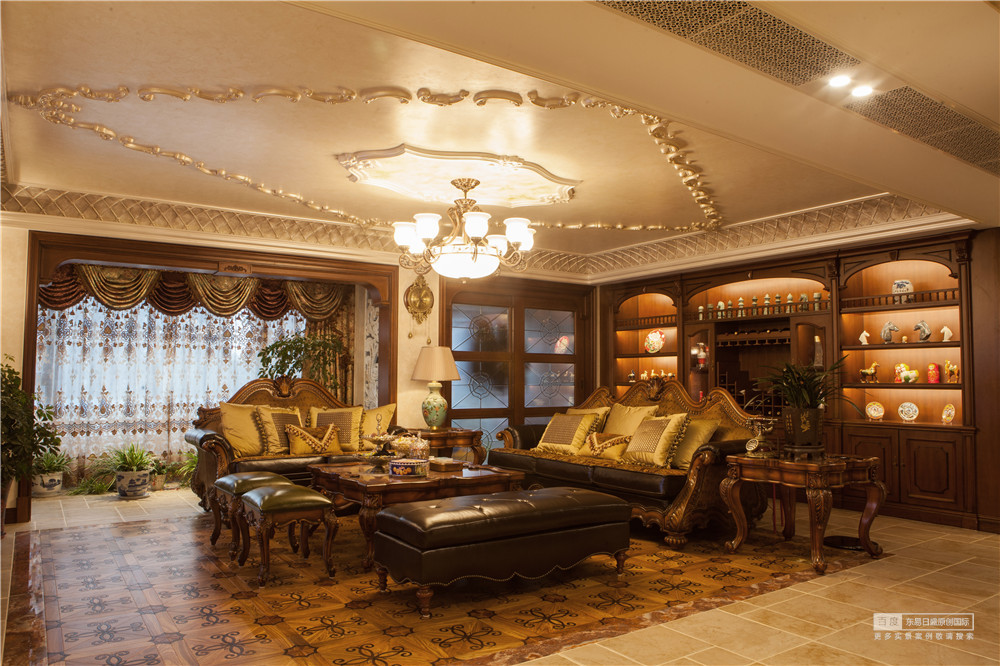客厅皮质沙发,衬托主人不俗的气质