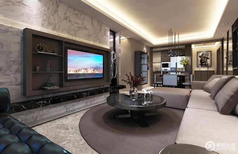 """客厅的背景墙以白色墨意的背景墙与黑色大理石台为搭配,演绎黑白理石带来的天然与对比美学;褐色电视柜巧妙地带来一种陈列之美,也打破了传统的设计方式,可谓""""一举多得"""";圆毯搭配圆几,传递出空间的圆润之意,让生活更为得体。"""