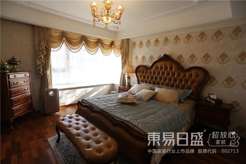 卧室简单的床头背景,结合美式的家具,典雅大方