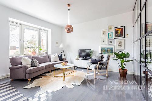 灰色和白色的条纹地毯,灰色沙发和靠垫