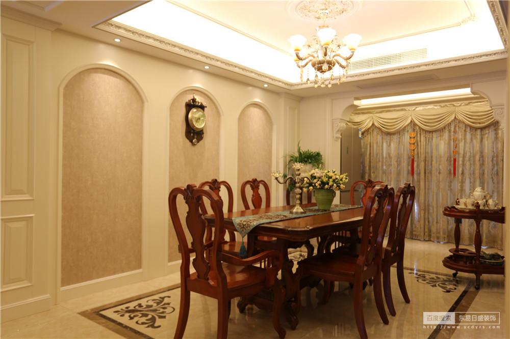 墙面弧形的护墙板,搭配米黄色的墙布,整个空间相得益彰
