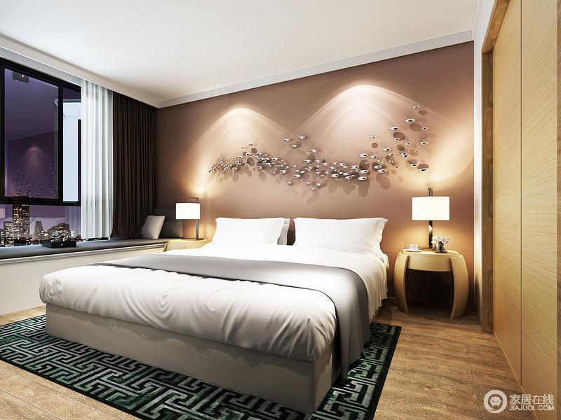 卧室以实用、舒适为主,但是艺术装置的点缀令浅咖色的墙面动感十足;圆形木几优美的弧度与简约的台灯碰撞出现代个性;白色床品在绿色回字纹地毯的衬托下凝结着中式清韵,颇为得体。