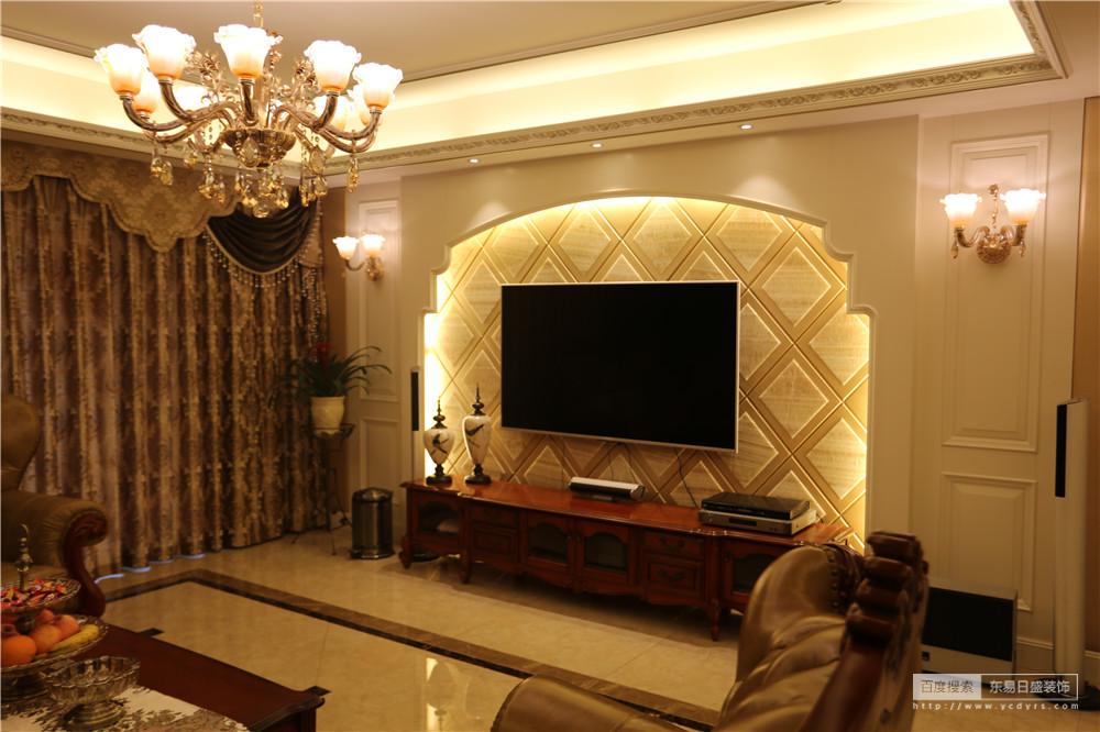 电视背景墙采用大理石和软包相结合的形式,衬托美式的独特空间