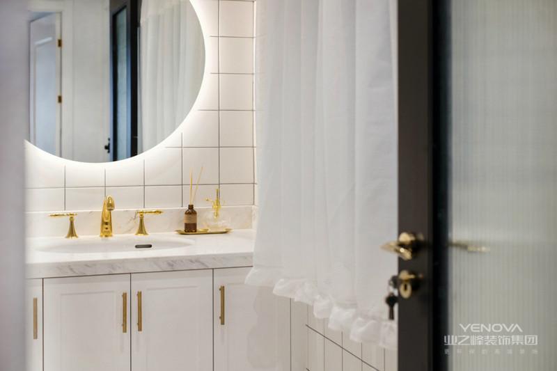 卫生间以白色为主,干净整洁,大圆镜很是时尚