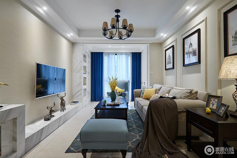 客厅浅色的墙面、瓷砖,再搭配清冷的蓝色调窗帘,与藏蓝色菱形地毯的复古相呼应,再配以米色沙发和浅蓝色单椅,和谐不冲突,整个客厅的色调给人一种清新与纯净。