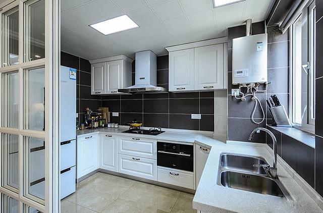 厨房的整体设计简洁清爽