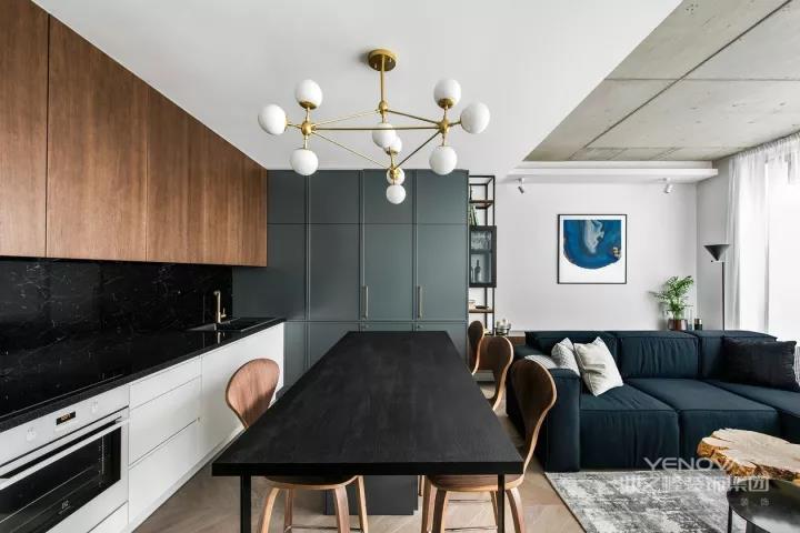 这是一套小开间的三层公寓,一楼是活动空间,厨房、餐厅、客厅、客卫、储物。全屋鱼骨拼贴木地板,简单有序又平实。