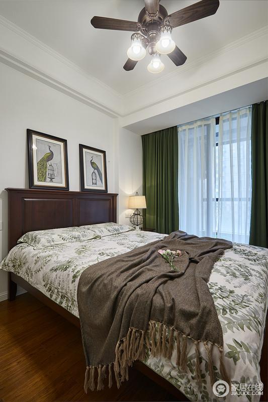 次卧墨绿色的窗帘搭配深色的家具,再配以美式经典的植物系床品,清新不失沉稳,还有点书香气息。