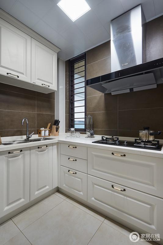 厨房深咖色的墙砖搭配象牙白的美式橱柜,简约又不失质感,给人以一种不经意间的色彩上的撞击感。